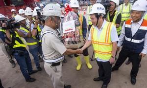 Chủ tịch UBND TP Nguyễn Thành Phong lì xì công nhân xây metro