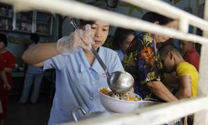 Ấm lòng những bữa cơm có thịt cho trẻ em mồ côi, tàn tật và người vô gia cư
