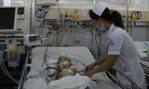 Bé gái 17 tháng tuổi bị văng trúng cột điện, hôn mê sâu