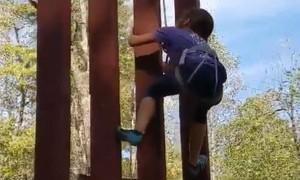 """Chưa đầy 1 phút bé gái 8 tuổi đã trèo qua """"bức tường biên giới"""""""