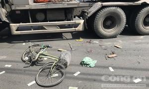 Hai mẹ con đi xe đạp bị container cán thương vong ở Sài Gòn