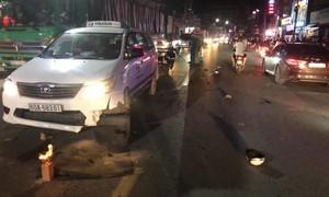 """Taxi """"lùa"""" 2 xe máy, 3 người thương vong"""