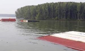 TPHCM: Tàu chở gần 300 container chìm trên sông Lòng Tàu