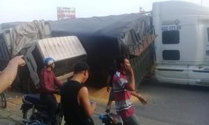 Thùng hàng xe đầu kéo đổ đè lên xe tải, nhiều người hoảng loạn
