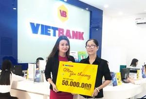 """Khách hàng đầu tiên trúng 50 triệu đồng chương trình """"Mùa yêu thương"""" tại Vietbank"""