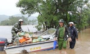 Lực lượng Công an tiếp tế cho dân bị cô lập trong bão số 6