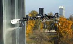 Clip cận cảnh máy bay không người lái lau kính nhà cao tầng