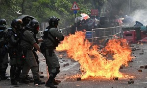 Người biểu tình phong toả trung tâm Hong Kong, bạo động lan rộng