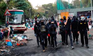 Hong Kong hỗn loạn, sinh viên dựng rào chắn ở các khu campus