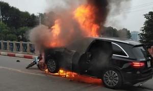 Xe Mercerdes cuốn nhiều xe máy vào gầm rồi bốc cháy, 1 phụ nữ tử vong