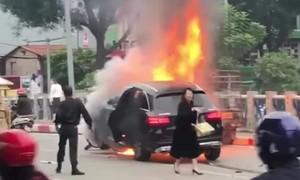Trung tá CSGT lao vào đám cháy sau tai nạn cứu người