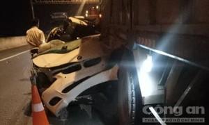 Xế sang BMW húc đuôi xe tải ở Sài Gòn, tài xế chết trong xe