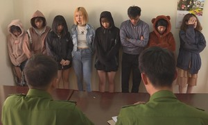 """Nhóm thanh thiếu niên 1 nam và 7 nữ """"bay lắc"""" trong quán karaoke"""