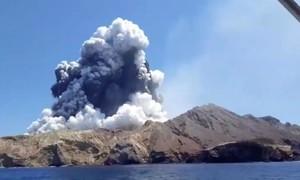 Lính cứu hộ vẫn chưa thể tiếp cận đảo núi lửa khiến nhiều người chết