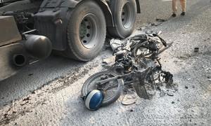 Xe máy bốc cháy sau va chạm container, người đàn ông bị cán nát đùi