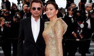 Củng Lợi nắm tay tình tứ với chồng 71 tuổi trên thảm đỏ Cannes