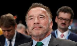 """Clip """"Kẻ hủy diệt""""  Arnold Schwarzenegger bị kẻ lạ mặt tung cước vào lưng"""