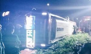 Xe khách lật trên QL1A, 2 người tử vong tại chỗ