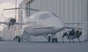 Clip rô bốt chó kéo máy bay nặng hơn 3 tấn di chuyển