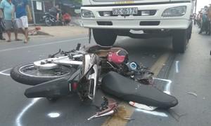 Thanh niên va quẹt xe đạp ngã ra đường, bị xe tải cán tử vong