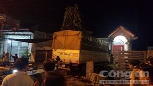 Xe tải tông nát ôtô rồi chui tọt vào nhà dân, 4 người nhập viện