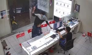 Chủ cửa hàng điện thoại ở Sài Gòn bị truy sát