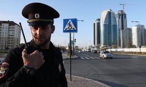 Cảnh sát hạ gục kẻ đâm dao khiến hai sĩ quan bị thương