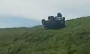 Clip hai người đàn ông văng khỏi ô tô, khi xe lăn xuống vực