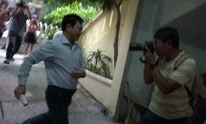 """Hình ảnh Nguyễn Hữu Linh """"trốn"""" ống kính phóng viên"""