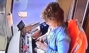 Clip nữ tài xế văng khỏi ghế lái vì mải nhắn tin điện thoại