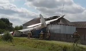 Clip máy bay đâm nát nhà dân ở Nga, hy hữu không ai tử vong
