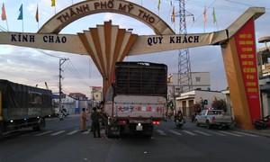 Xe tải tông sập cổng chào TP.Mỹ Tho, buộc phải tháo dỡ