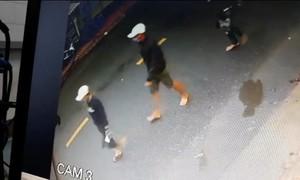 Nhóm thanh niên đi ô tô dùng súng, bình gas truy sát người trong tiệm cầm đồ