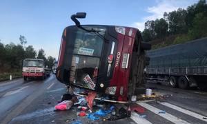 Xe giường nằm lật nhào trên đường, nhiều người bị thương