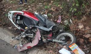 Xe máy vỡ nát sau tai nạn với xe taxi, hai cô cháu tử vong