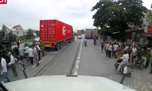 5 người bị ô tô tông tử vong khi đang xem vụ tai nạn giao thông