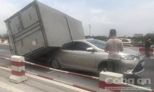 Xe tải lật đè bẹp xe 4 chỗ gây ra tai nạn liên hoàn