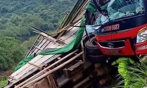 Xe khách tông vào đuôi xe tải chở cây, 2 người chết, 14 người bị thương