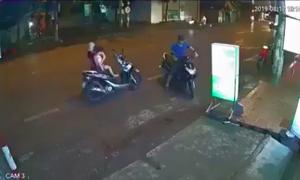 Clip người phụ nữ dừng xe giữa đường mặc áo mưa, bị xe tông