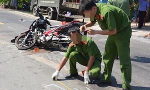 Xe máy chở 5 thanh thiếu niên tông giải phân cách, cả 5 người tử vong