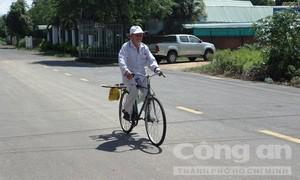 Cụ ông 89 tuổi rong ruổi bán đậu phộng lấy tiền làm từ thiện