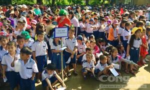 Tặng quà Trung thu cho thiếu nhi xã Tân Dương