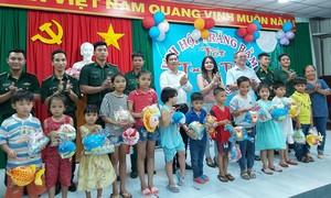 Báo Công an TPHCM cùng nhà tài trợ tặng quà Trung thu tại Long An