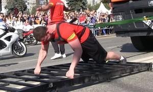 Clip lực sĩ kéo cỗ xe nặng 30 tấn di chuyển