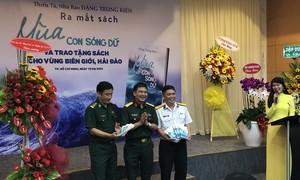 """Ra mắt sách """"Mùa con sóng dữ"""" của nhà báo quân đội Đặng Trung Kiên"""