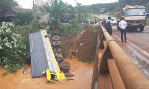 Bình Phước: Tránh xe dừng trên cầu, xe tải lao xuống suối