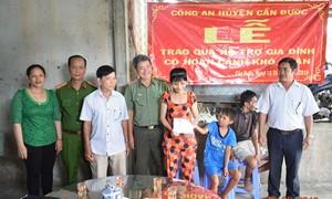 Công an huyện Cần Đước hỗ trợ hàng tháng cho 2 gia đình khó khăn