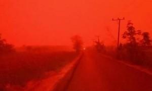 Bầu trời ở Indonesia biến thành màu đỏ như máu do khói mù dày đặc