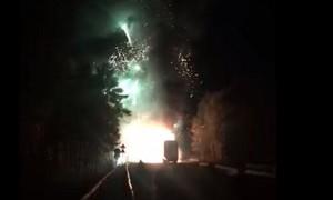 Clip pháo hoa 'nổ tưng bừng' trên đường vì xe chở bốc cháy