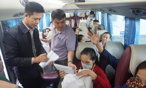 Gần 200 bệnh nhân được đi xe miễn phí về quê ăn Tết